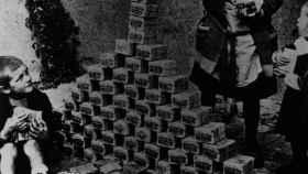 Niños alemanes jugando con billetes en 1923.