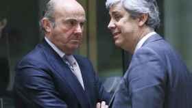 Guindos conversa con su homólogo portugués durante el Ecofin