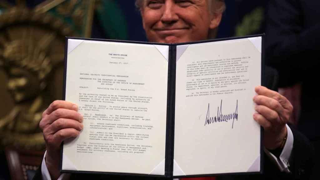 Donald Trump sostiene la orden firmada para reconstruir las Fuerzas Armadas.