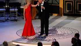 Trump besa la mano de Conway en la gala de la noche anterior a su investidura.