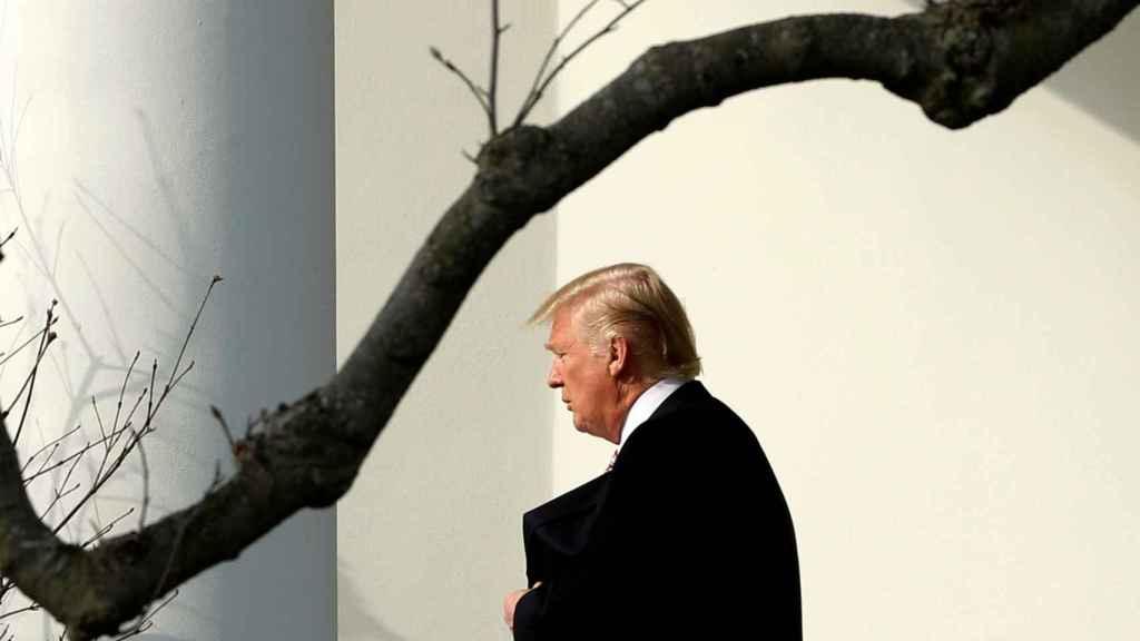 Trump sale de su Despacho Oval en la Casa Blanca.