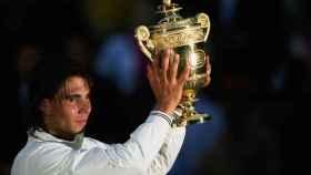 Nadal con la copa de campeón de Wimbledon 2008