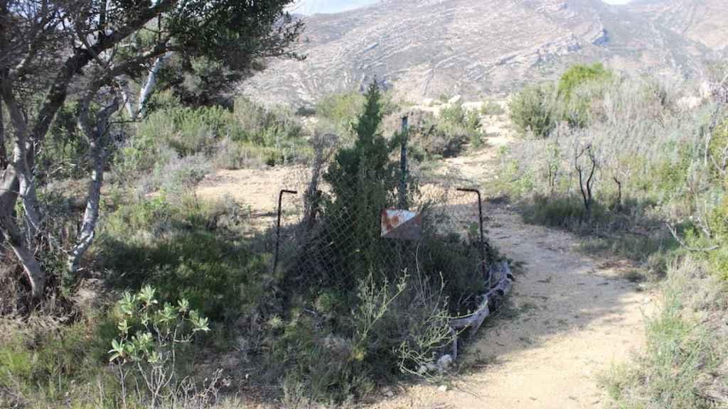 La fosa donde enterraron a las tres chicas ha sido vallada por los agentes rurales, a modo de recuerdo.