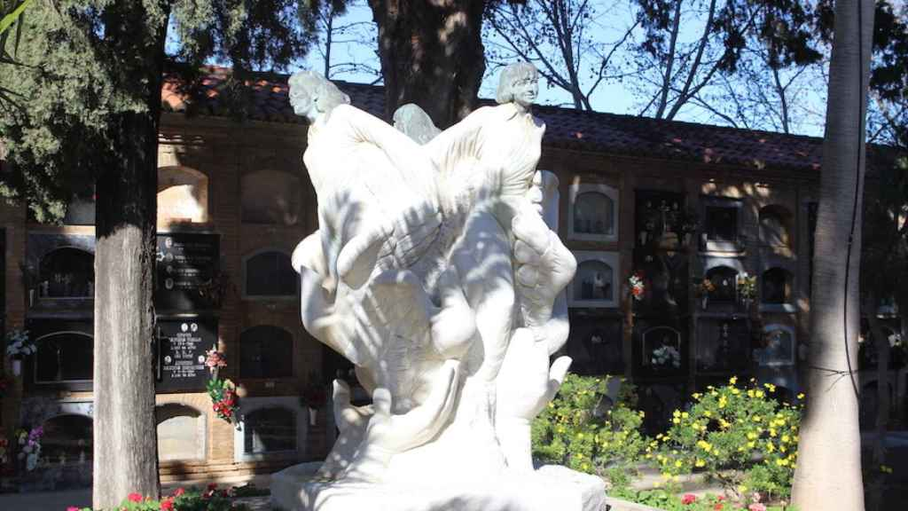 Un monumento en el cementerio de Alcàsser recuerda a Míriam, Toñi y Desirée