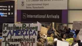 Protestas este domingo en el aeropuerto Logan, de Boston.