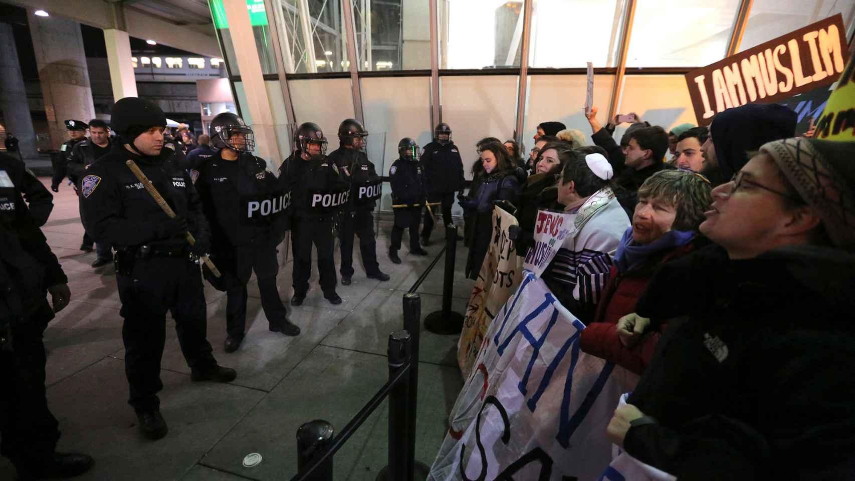 La policía se vio obligada a intervenir para controlar las protestas.
