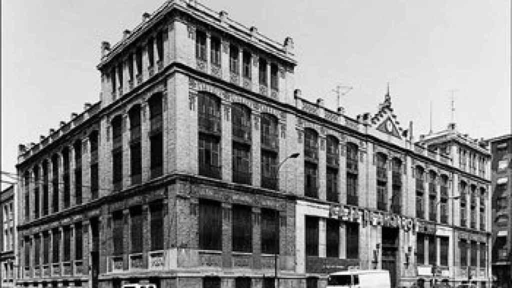 Fotografía antigua de la antigua sucursal de Caja de Ahorros y Monte de Piedad de Madrid.