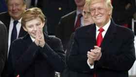 Barron y su padre Donald Trump en la toma de posesión de su padre como nuevo presidente de Estados Unidos