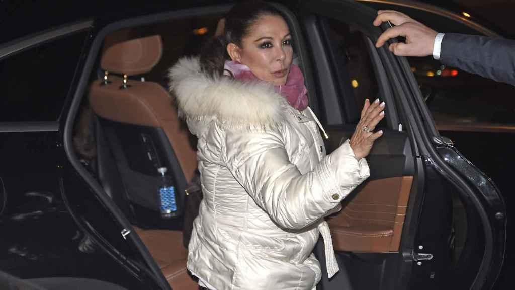 Isabel Pantoja sale del coche que le dejó anoche frente a su nueva casa en Madrid.