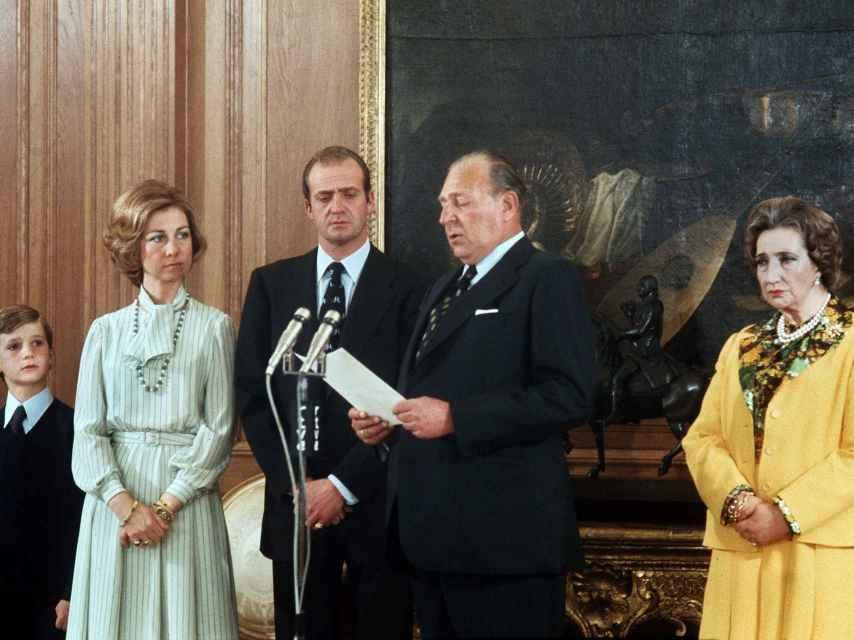 María de las Mercedes lució un traje amarillo diseñado por Rappel.