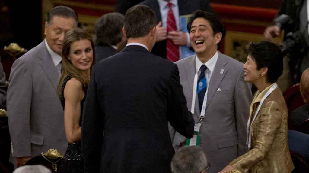 El primer ministro japonés saluda al rey Felipe en un acto en Buenos Aires.