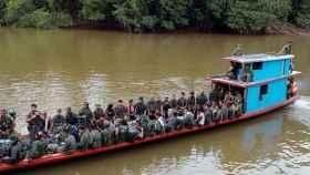 El Bloque Sur de las Farc viajando por el río Mecaya.
