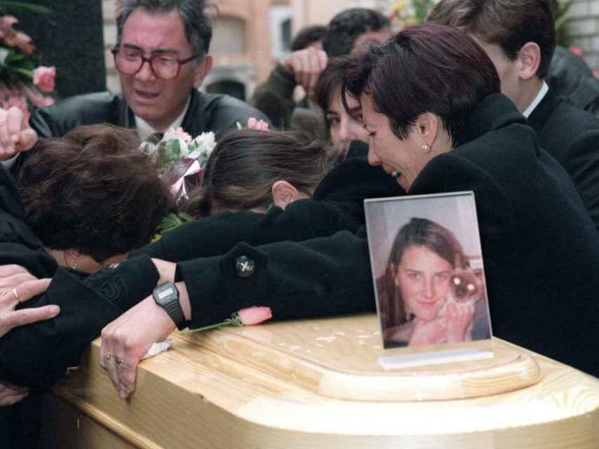 Los familiares de Desiré lloran sobre su féretro en el cementerio de Alcàsserer en enero de 1993.