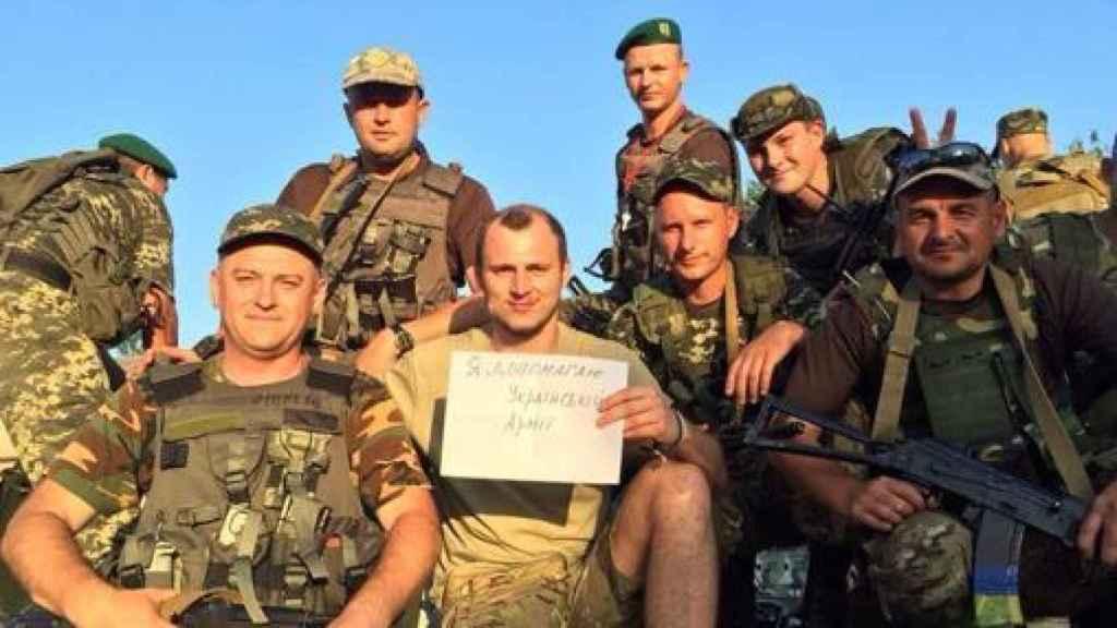 Zozulya, en el centro, junto a varios militares