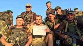 Zozulya, en el centro, junto a varios militares.