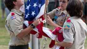 Unos 'boy scouts' con la bandera de EEUU.