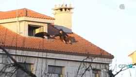 En la imagen, Virginia Ferradás tendiendo una mano a su marido, José Alén, que encaramado al tejado amenazaba con suicidarse.