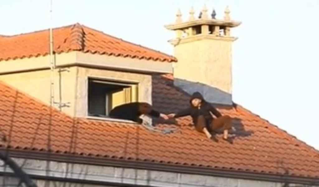 En la imagen (tomada por la Televisión de Galicia), Virginia Ferradás tendiendo una mano a su marido, José Alén, que encaramado al tejado amenazaba con suicidarse.