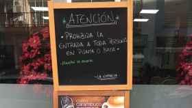 El cartel que luce desde hace una semana en la cafetería Los Monaguillos de Málaga.
