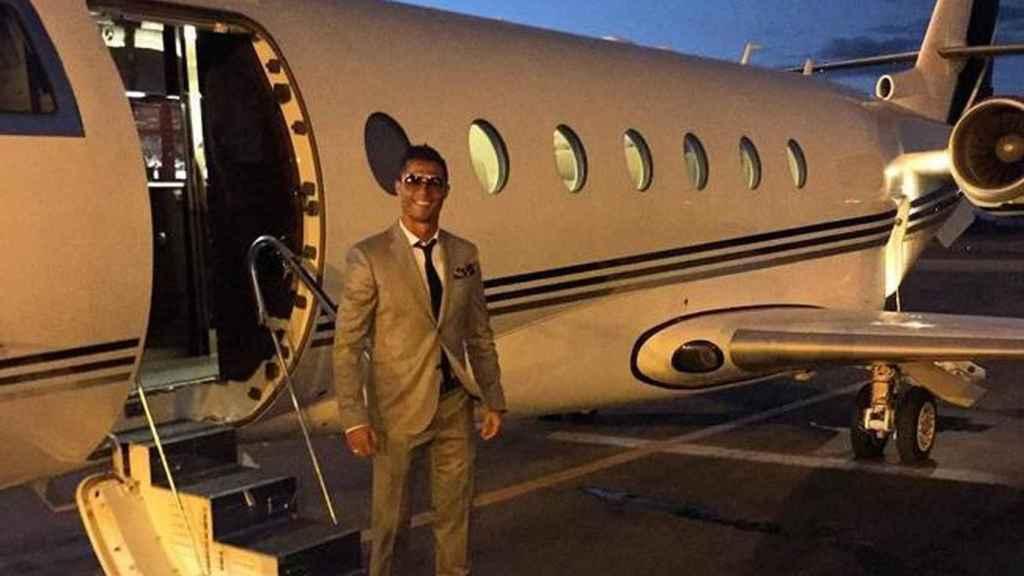 Cristiano Ronaldo aterriza en su jet privado.