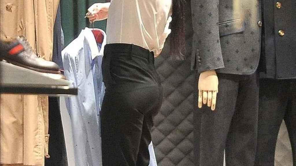 Georgina, la novia de Cristiano, colocando la ropa en Gucci.