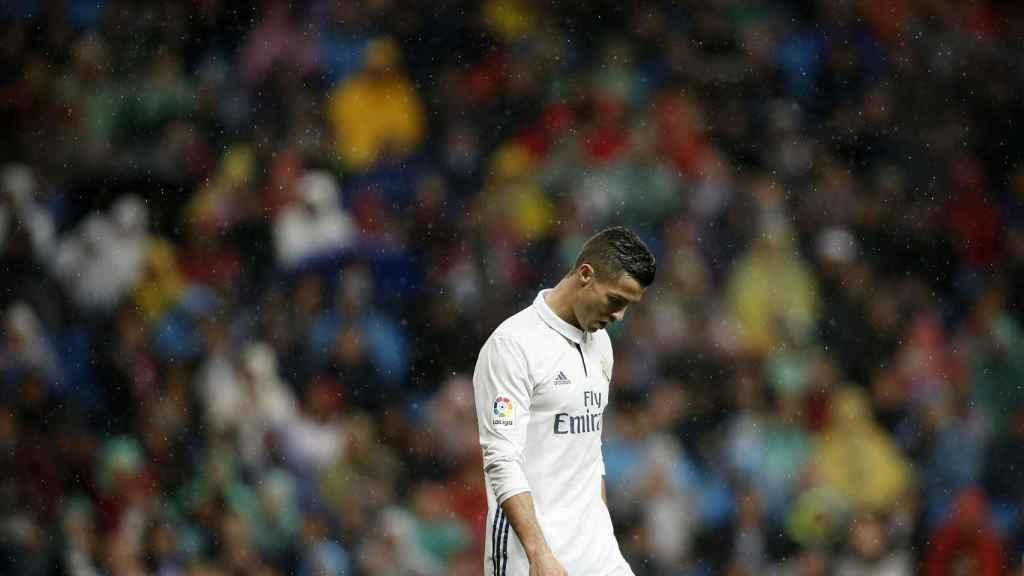 Cristiano Ronaldo resignado en el campo.