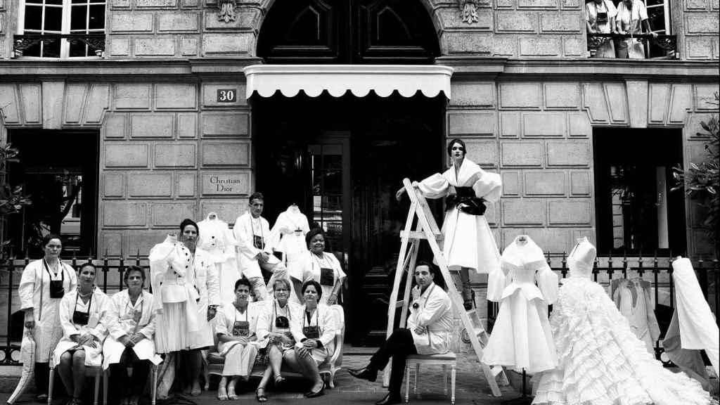 El equipo de Dior frente a la entrada de su tienda en París.  Foto: Cortesía de Dior