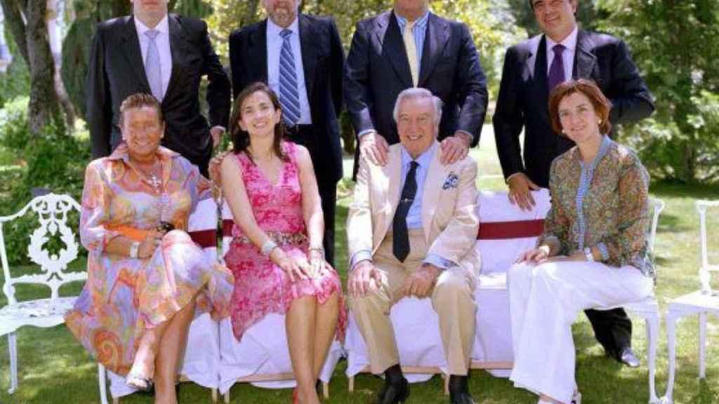 David Álvarez junto a sus siete hijos