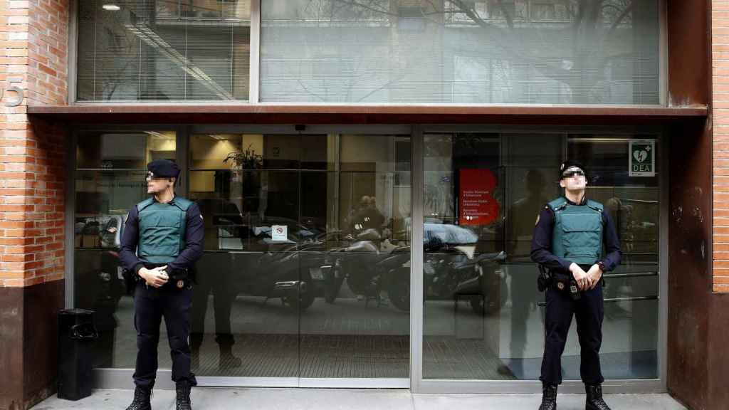La Guardia Civil durante el un registro en Barcelona por supuesta financiación irregular de CDC.