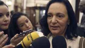 Carolina Bescansa responde a las preguntas de los periodistas en los pasillos del Congreso