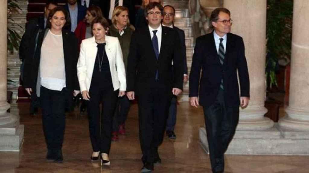 Puigdemont, Ada Colau (I); Carme Forcadell (2I); y el expresidente catalán Artur Mas.