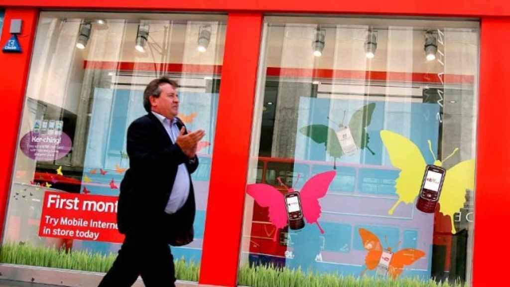 Un hombre pasa ante una tienda de Vodafone en una imagen de archivo.
