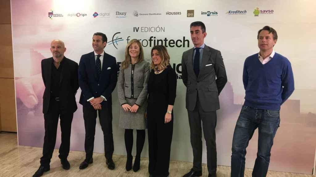 Equipo directivo de la asociación de fintech junto a la secretaria del Tesoro Público, Emma Navarro.