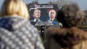 Cartel publicitario de Trump y Putin en Danilvograd, Montenegro