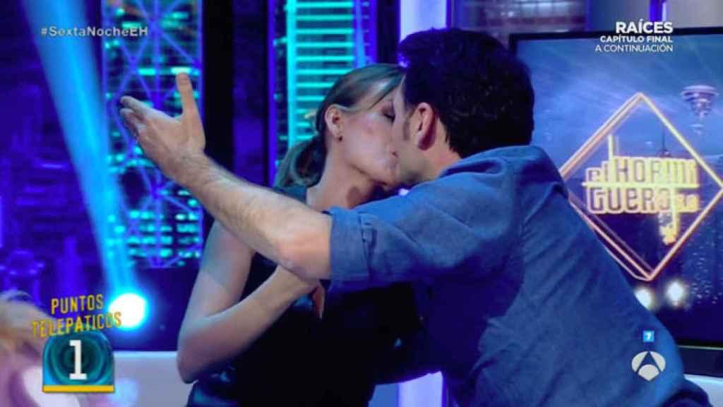 Iñaki y Andrea se besan en directo.