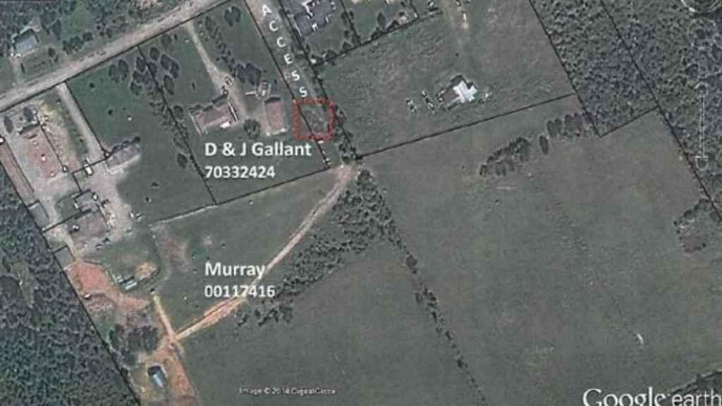 Dentro del recuadro rojo, la pila de estiércol depositada por los Murray.