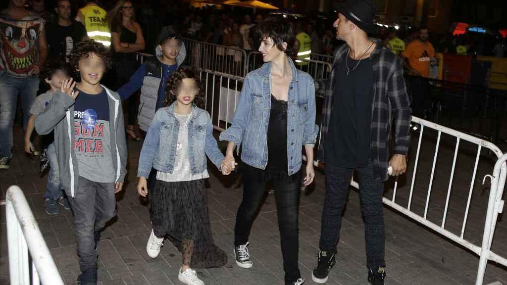 Paz Vega y Orson Salazar con sus tres hijos en el concierto de los Red Hot Chili Peppers en Madrid.