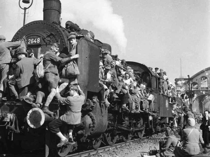 Refugiados encaramados a un tren durante la Segunda Guerra Mundial