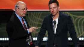 ¿Tiene Peter Thiel toxoplasmosis? ¿Por qué no mira al señor que tiene al lado?