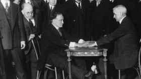 Houdini hace una demostración pública de los trucos empleados por los médiums.