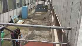 Patio al que cayeron el hombre y su bebé tras arrojarse por la ventana