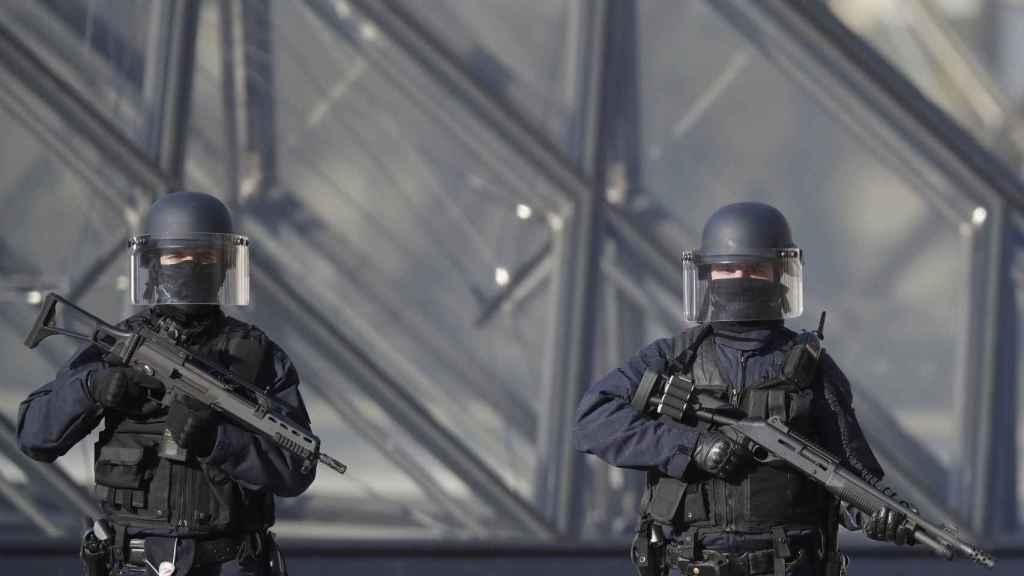 Efectivos de seguridad en el museo parisino.