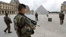 Soldados vigilan el Museo del Louvre.
