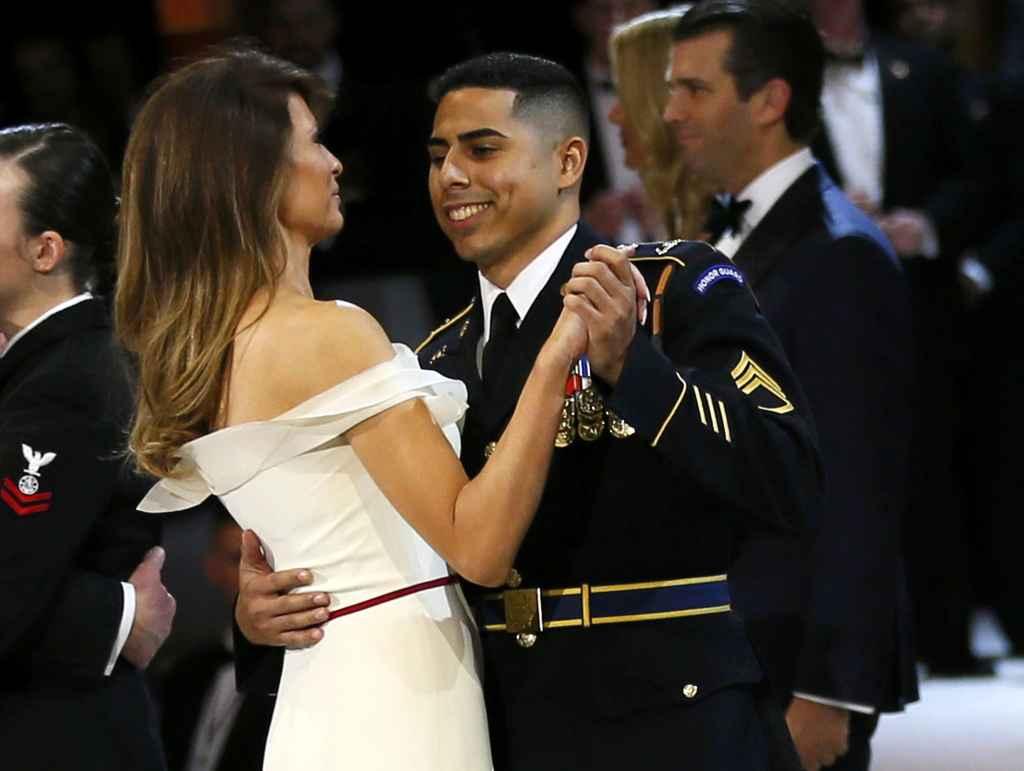 El soldado Medina bailando con la primera dama en la gala de la toma de posesión de Trump.