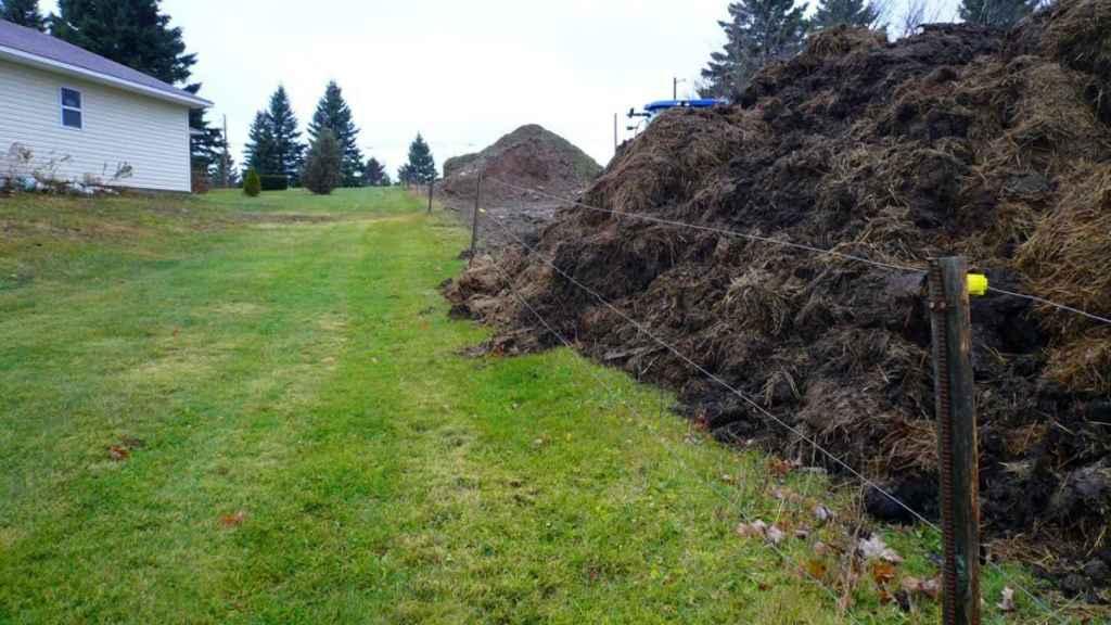 La montaña de estiércol que los Murray depositaron junto a la casa de sus vecinos.