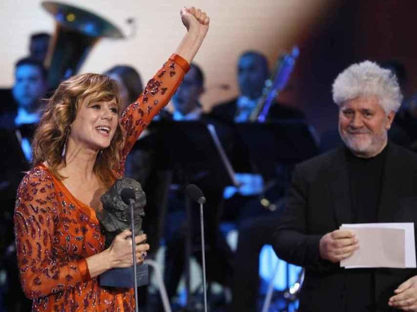 La actriz Emma Suárez con su Goya a la Mejor actriz, junto a Pedro Almodóvar.