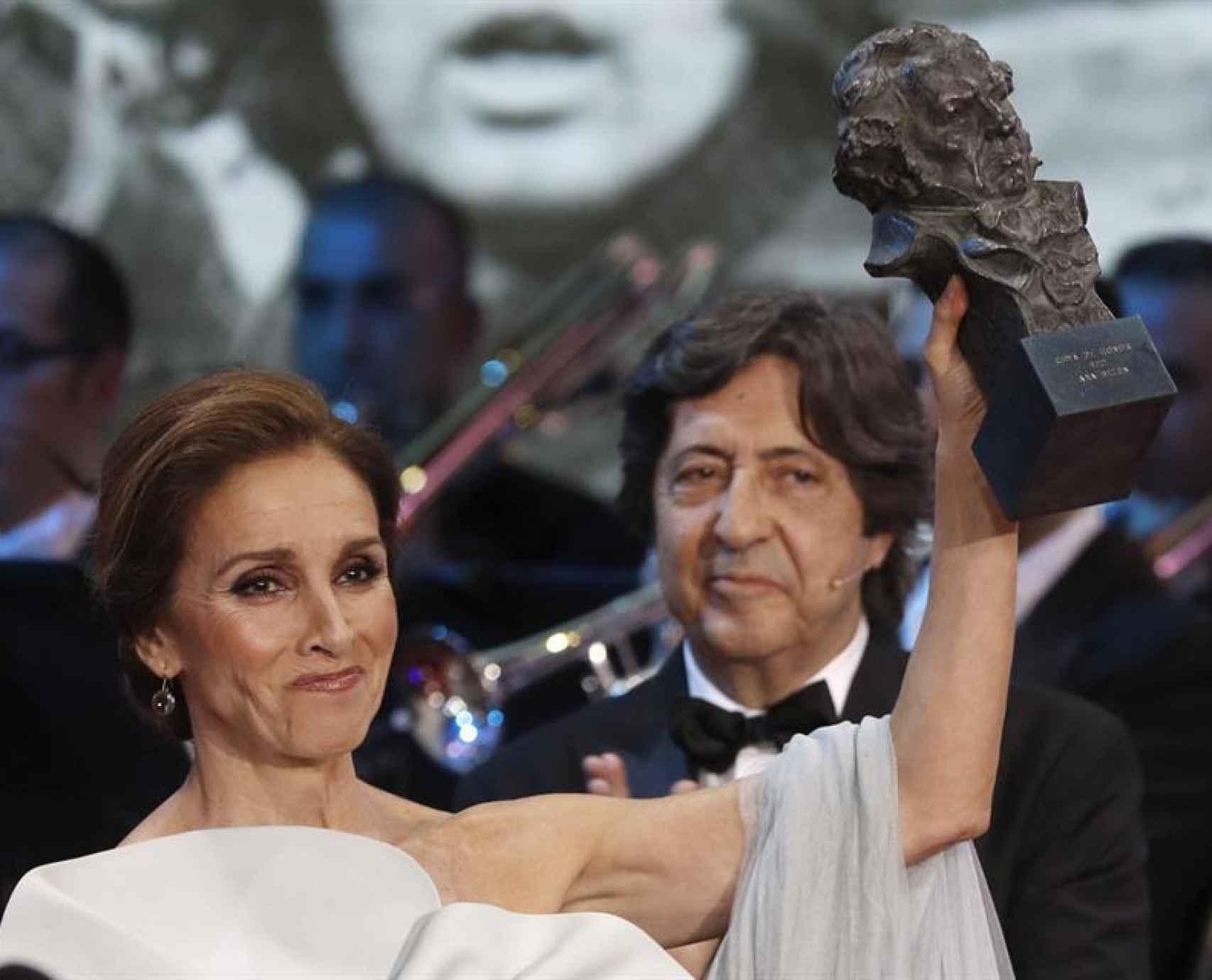 Ana Belén al recibir su Goya de honor.