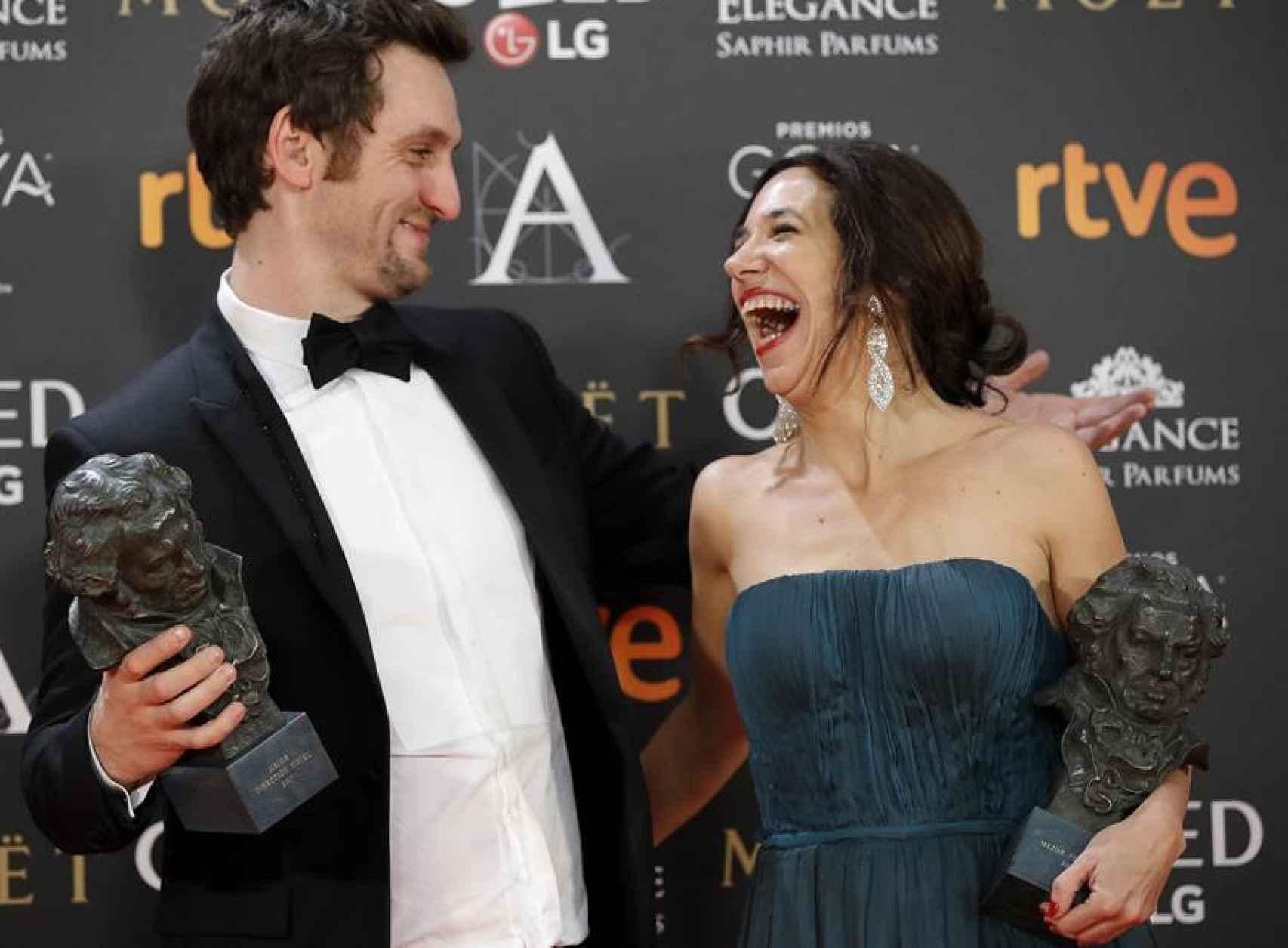 El actor y realizador Raúl Arévalo y la productora Beatriz Bodegas.