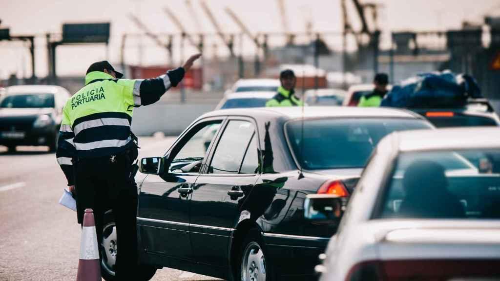 Policías portuarios trabajando en el puerto de Valencia.