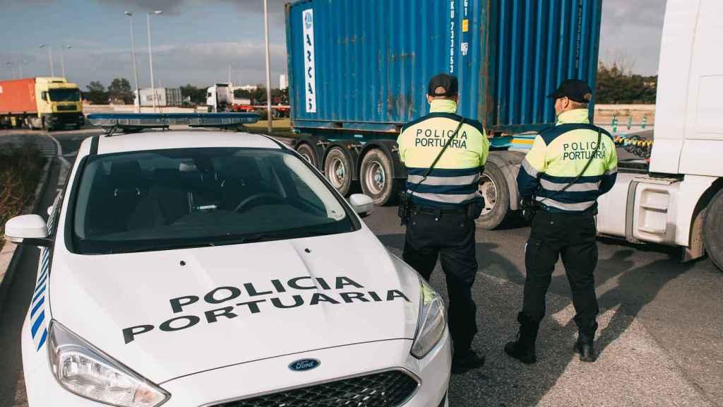 La Policía portuaria examina un camión.